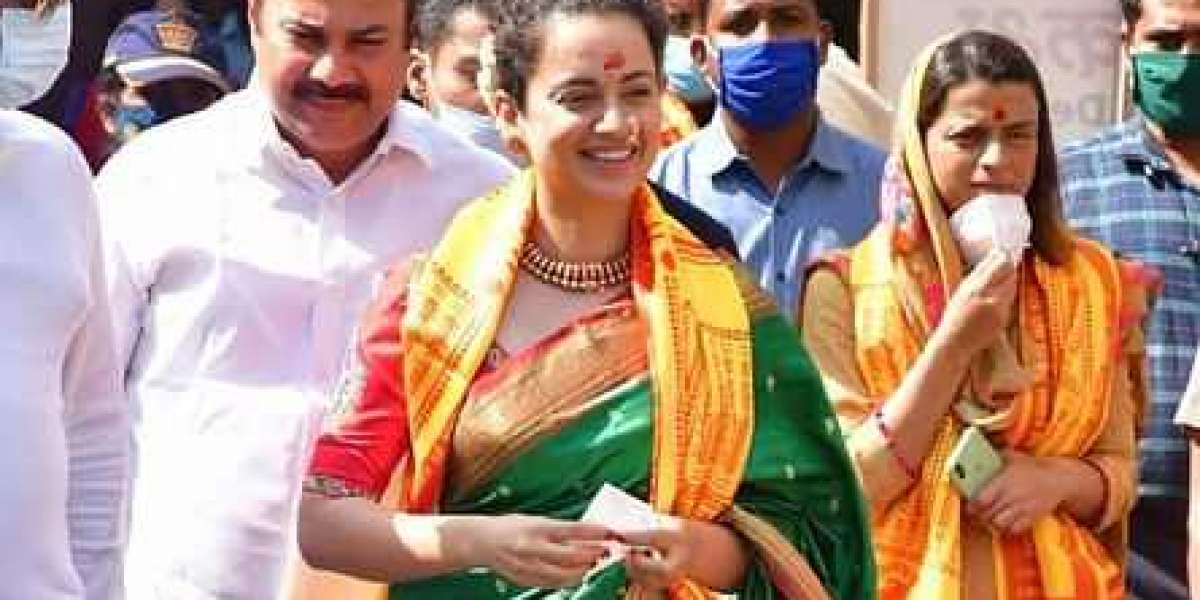 Kangana ranaut and her sister Rangoli visited Siddhi vinayak